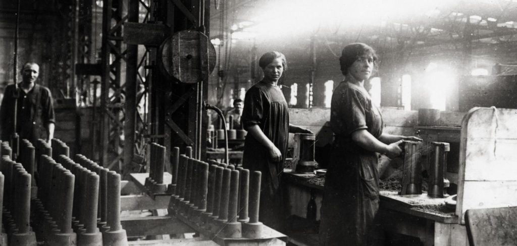 1-Wk-Frauen-in-einer-Munitionsfabrik-Foto-1915-WWI-Germany-women-in-an-ammun